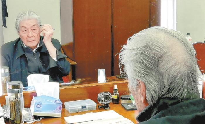 93岁蓝天野连演11场3个半小时大戏 均自己化妆