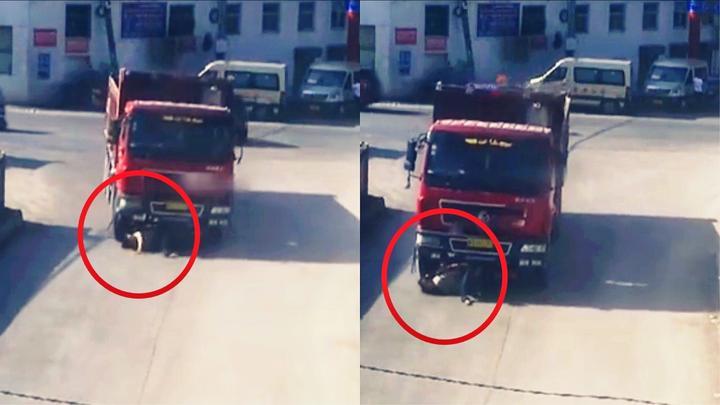 实拍:骑手任性闯红灯跟货车抢道 被卷进车底上演极限逃生!