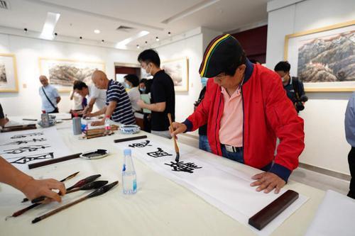 国内美术名家在东莞参观采风