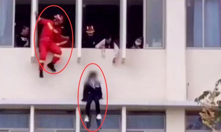 惊险!实拍:女学生坐3楼阳台双脚悬空欲跳楼 消防员飞身一把抱住