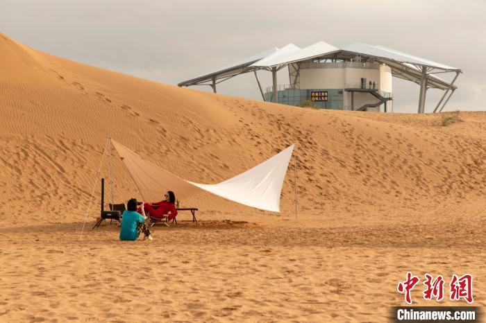 沙漠中的星星酒店吸引游客。 杨迪 摄