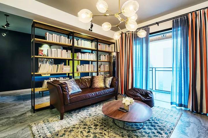小户型没独立书房 书架放在客厅也被赞爆