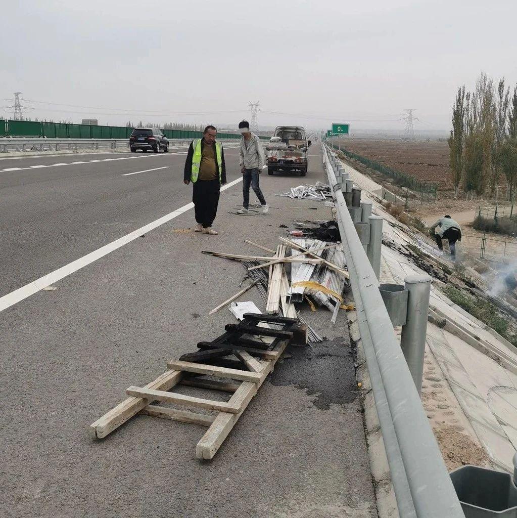 【惊险】小货车在高速公路行驶时车厢突然起火,竟是驾驶员干的…