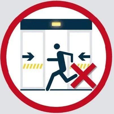 险!26日晚上海地铁1号线漕宝路站一男子被卡车门与屏蔽门间