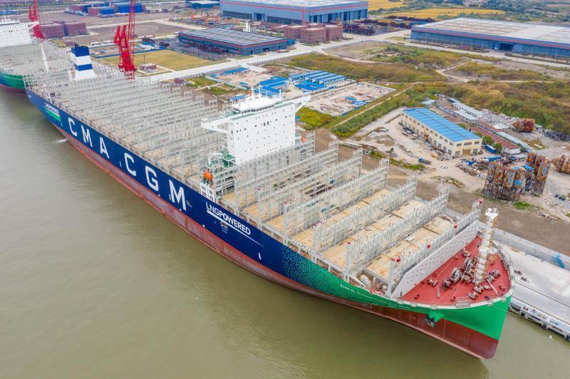 世界最大,长近400米,载重近22万吨,中国造巨轮在上海交付……