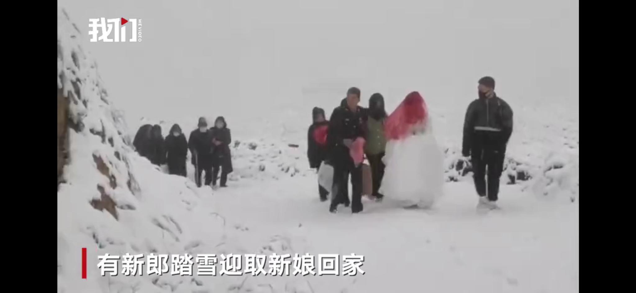 甘肃多地降雪,有新郎踏雪迎亲图片