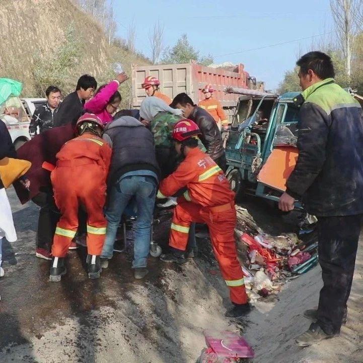 【拍客】彭阳县草庙乡路段小轿车与电动车相撞,一人受伤被困…