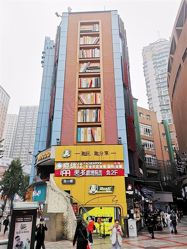"""""""8层楼高巨型书架""""上热搜 网友赞叹:这很重庆"""