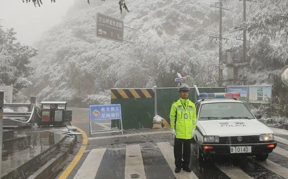 甘肃发布多地暴雪蓝色预警,交警在山区路段设岗劝返车辆图片