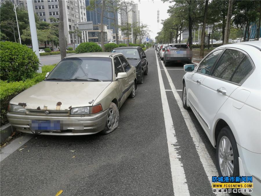 """""""僵尸车""""长期占用停车位,给城市添堵"""