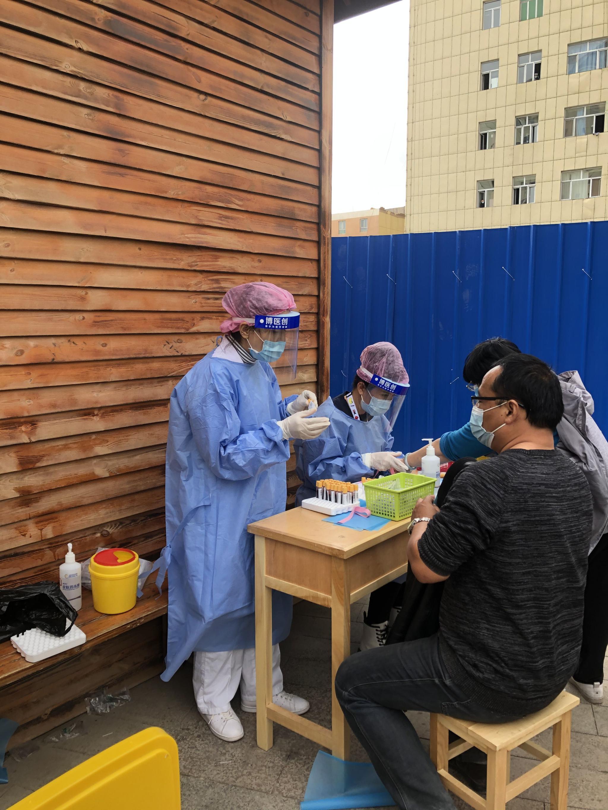 当地医护人员正在为市民进行相关检测。受访者供图