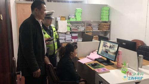 抚州市公安局交警支队直属一大队走进汽车站宣传交通安全知识(图)