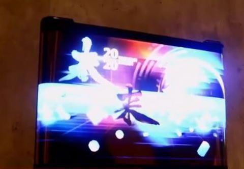 TCL柔性屏手机亮相:AMOLED屏幕如卷轴一般展开