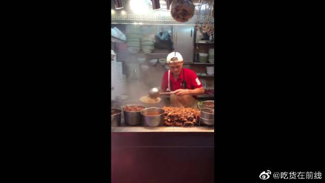 在香港买的叉烧饭,虽然售价60元一份!但老板的手艺真是没话说