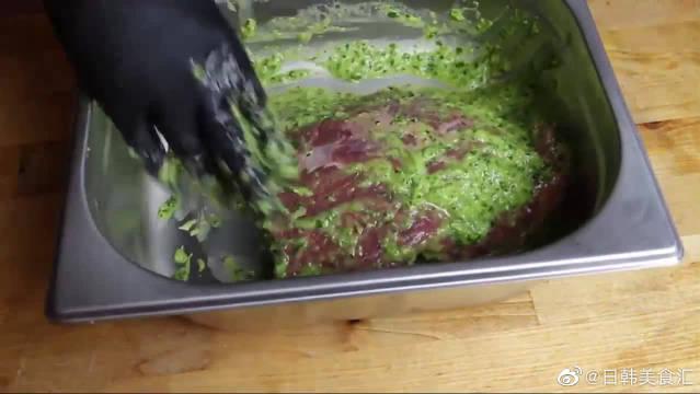 外国人烤牛排,牛肉外面抹一层调料放烤箱……