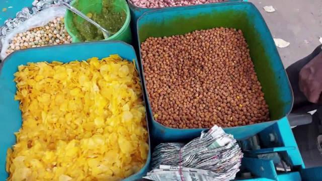 印度街头的奇葩炒坚果,坚果倒入泥沙里炒一炒,吃一口满嘴泥!