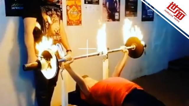 12岁女孩1分钟卧推30kg杠铃25次创纪录