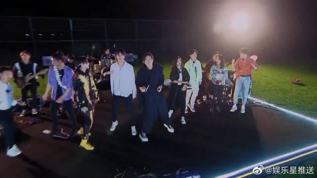 吴宣仪、小鬼、武艺和王子异嗨唱《你要跳舞吗》!