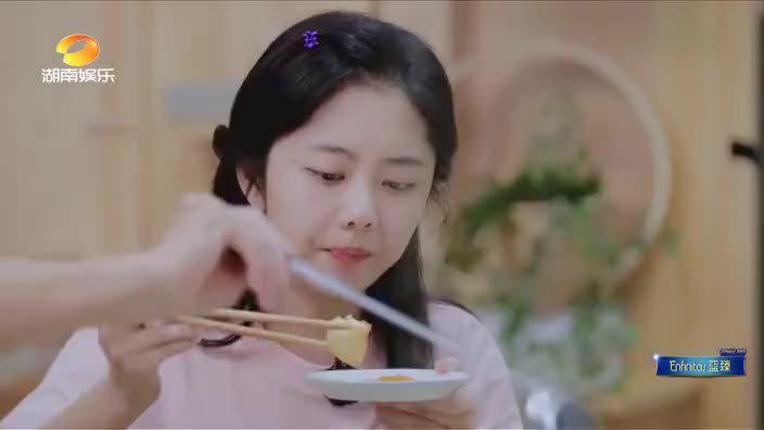 谭松韵自曝小时候掉进粪坑经历 正在吃火锅的张新成受不了了