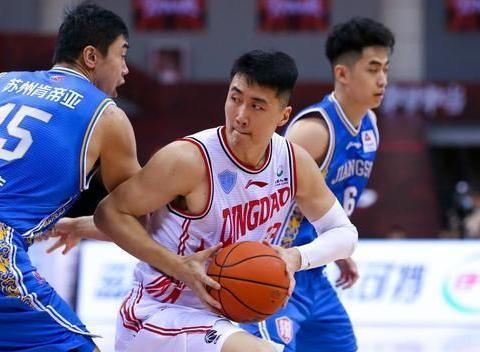 青岛男篮逆转领先江苏,亚当斯半场16分,刘传兴早早砍下两双