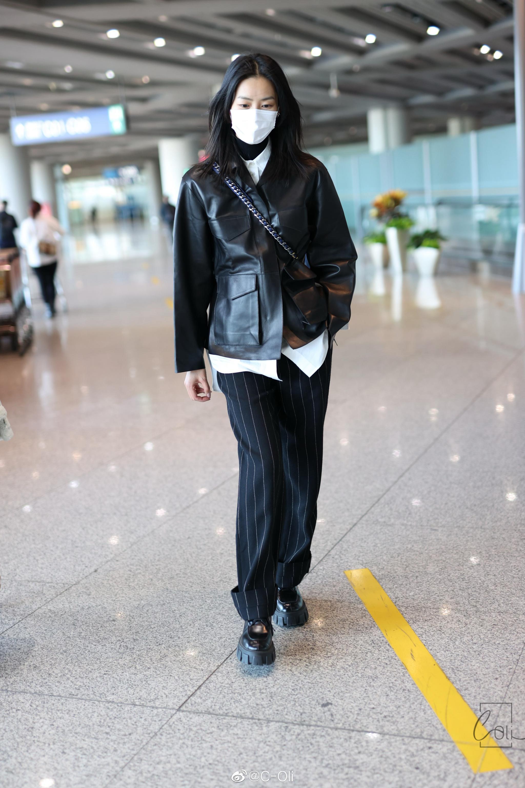 表姐 今日机场街拍,黑色皮衣条纹长裤配厚底黑皮鞋……