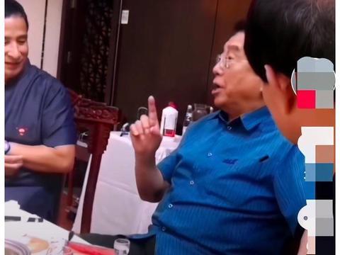 81岁李双江现身饭局,唱京剧气息不如当年