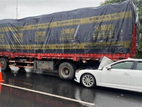奥迪A4L追尾大货车,A柱表现让车主心寒,莫非德系车都是如此?