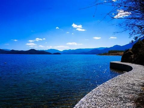 泸沽湖之秋:仿如被世俗所遗忘的桃源一般 始终保持着那一抹蔚蓝