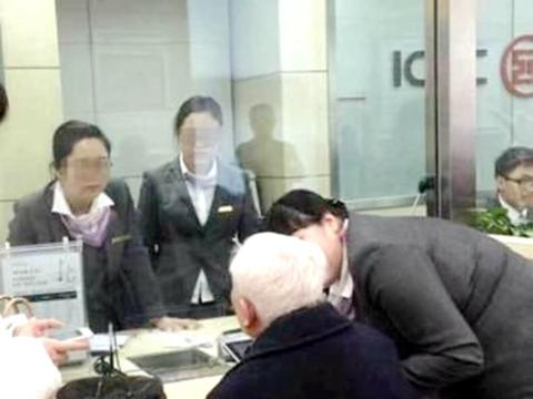 老人拿5万元去银行存款,工作人员看到现金后,称:不敢接!