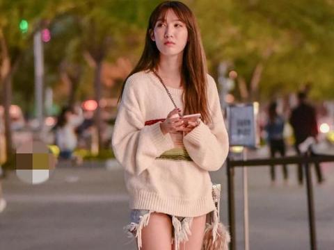 浅色宽松毛衣搭配牛仔短裤,温婉贤淑,文静优雅