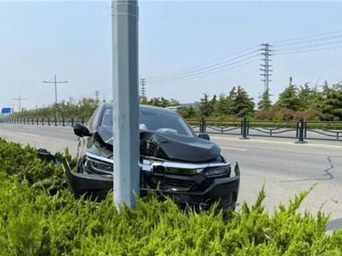 本田皓影失控撞上灯杆,车主下车傻笑,路人:替车主捏一把冷汗!