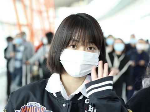 段奥娟顶着娃娃头现身机场,穿黑色棒球服紧身裤很百搭