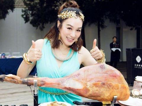 钟丽缇和张伦硕的豪宅:厨房台面全是用不锈钢,这样设计太耐脏了