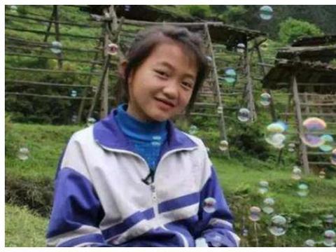 她是《变形计》中的神仙妹妹,高二辍学成网红,化浓妆直播引热议