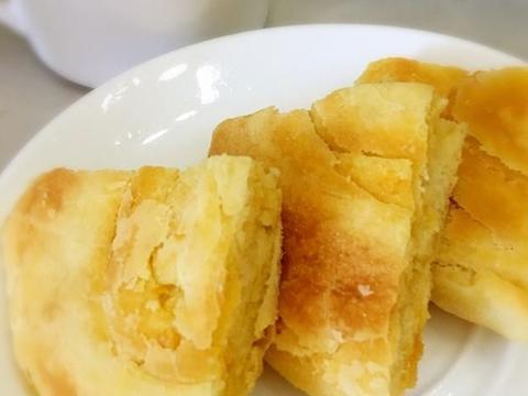 1点黑芝麻,3个蛋黄,做出一盘又酥又香的蛋黄饼,咬一口酥掉渣