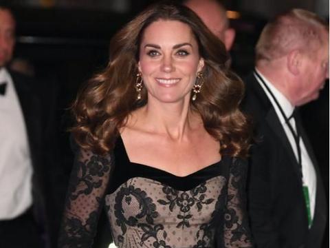 凯特王妃美得好自信,穿肉色打底配黑蕾丝,大敞领造型真显身材