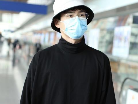 刘昊然穿纯黑色系现身机场,戴眼镜渔夫帽斯文儒雅还是乖巧弟弟