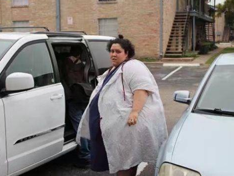 英国女子重达千斤身体不堪重负,丈夫称每天睡觉都担惊受怕