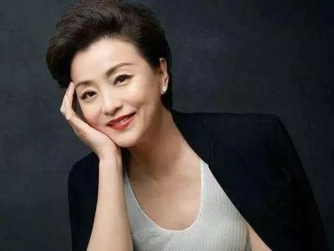 51岁主持才女杨澜近照,二婚嫁富豪老公,女儿长得比她还美