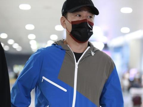 王耀庆一袭运动装难以掩盖一身贵气,头戴棒球帽一如既往的深沉