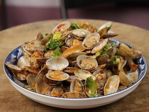 炒花蛤要不要焯水?大厨教你不外传做法,吐沙干净鲜嫩入味