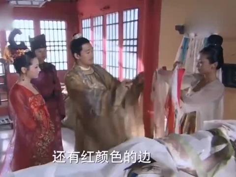妃子选衣服竟然选到了皇后的凤凰彩衣,其她嫔妃都在那等着看笑话