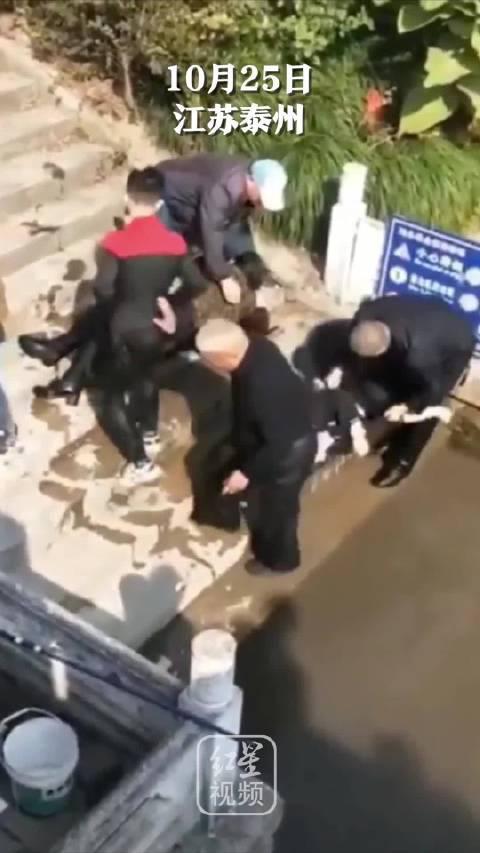 73岁老人跳水救起一家四口:这是件小事