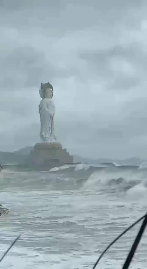 """三亚 台风""""莫拉菲""""在越南登陆 三亚暴雨继续"""