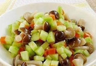 鹌鹑蛋肉丸,回锅香辣猪蹄,拌黄瓜蟹味菇的做法