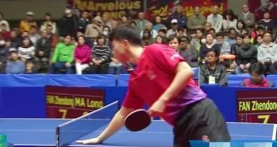 打乒乓球时,球员为啥要摸一下桌面?