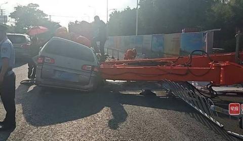 天降横祸!南宁一辆面包车路过工地被工程机械臂砸扁,司机逃过一劫