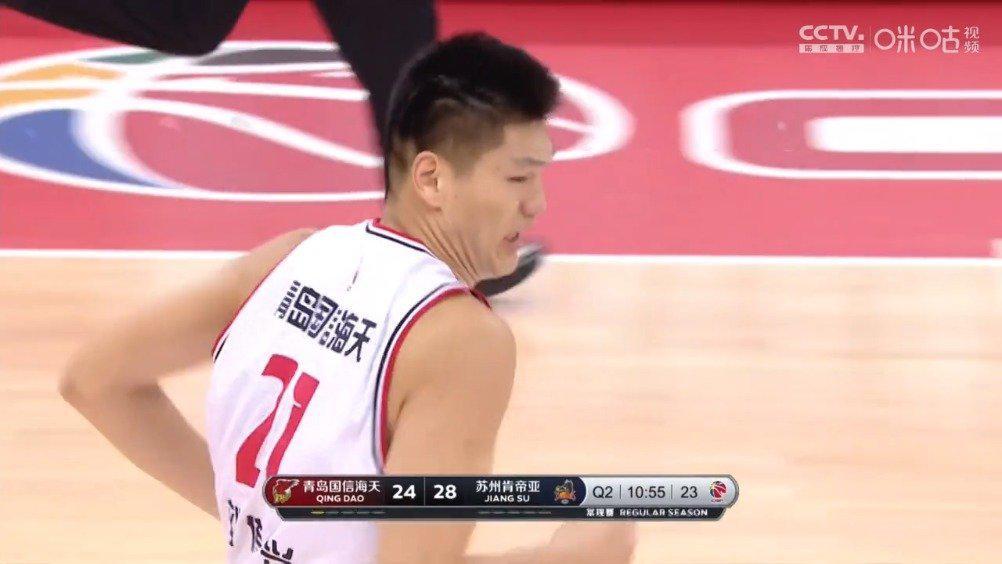 亚当斯边线一记高弧线远调,刘传兴接球轻松扣篮得分!