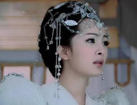 女星的串珠发饰造型,杨幂最清纯,李沁惊艳,最美还是她