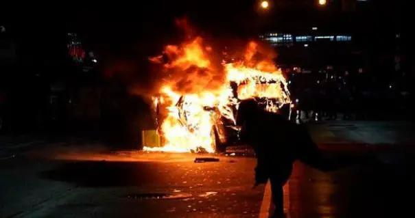 这也能抗议?美国警察击毙挥舞刀具精神病黑人,引发强烈示威冲突